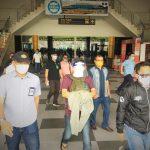 DPO kasus korupsi Son Karyosi (tengah) dikawal ketat tim Kejati Malut saat tiba di bandara Baabullah Ternate, Sabtu (29/8)