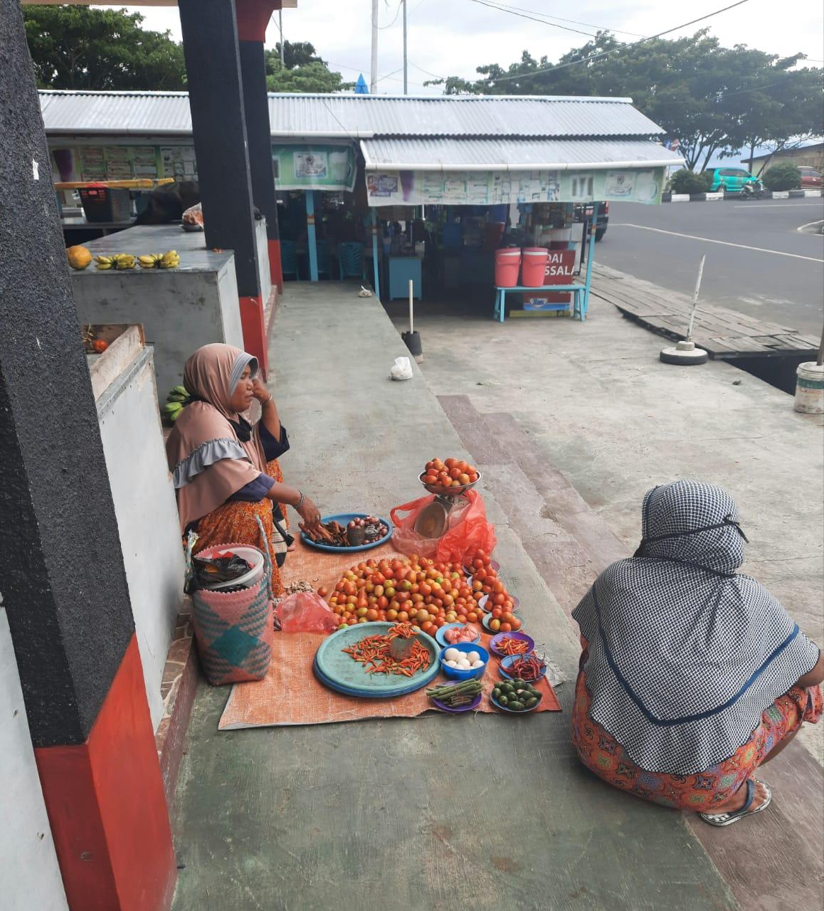 SUASANA penjual rica dan tomat di pasar Sarimalaha, Tidore
