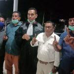 KUASA hukum Amirudin Yakseb (tengah) foto bersama dengan lima juru kampanye (Jurkam) Paslon Hendrata Thes-Umar Umabaihi usai sidang putusan kasus tindak pidana pemilu di Desa Capalulu, Kecamatan Mangoli Tengah, Kamis (12/11/2020) malam