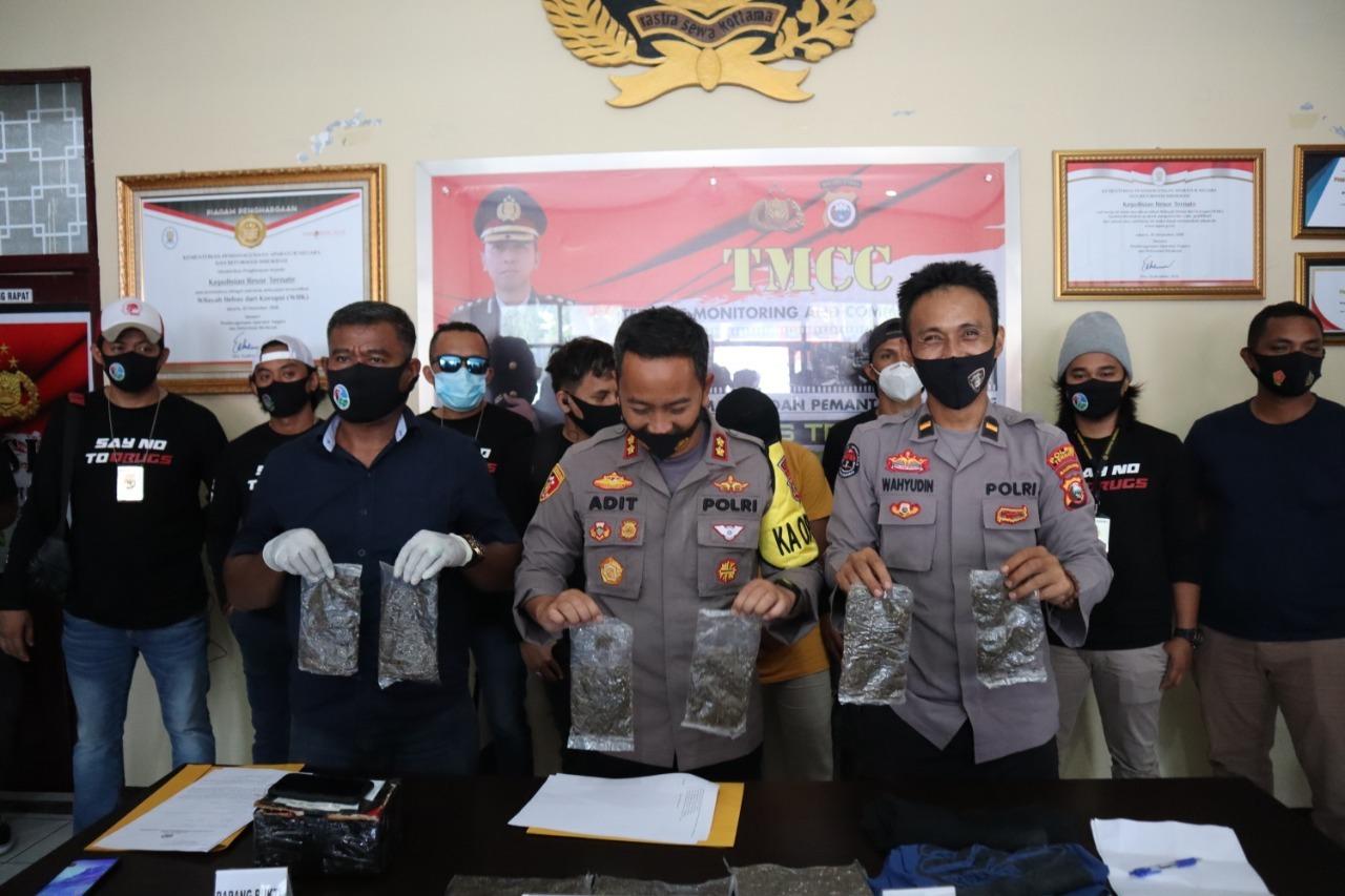 KAPOLRES Ternate (Tengah), Kasat Narkoba (kanan), Humas (kiri) saat menunjukkan barang bukti narkoba yang dijemput petugas LPP Ternate