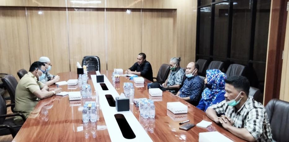 SUASANA pertemuan perdana Komisi Informasi (KI) Provinsi Maluku Utara bersama Sekprov Malut Samsudin A. Kadir, didamping Kadiskominfo Iksan Arsad, Selasa (26/1/2021)