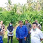 WAKIL Bupati Halmahera Timur (Haltim) Anjas Taher (kameja putih), didampingi Camat Wasile Selatan Jainuddin dan Kepala Desa Ekorino Yoram Maudul, saat melihat langsung sungai puruyama, di Kecamatan Wasile Selatan, Sabtu (13/3/2021)