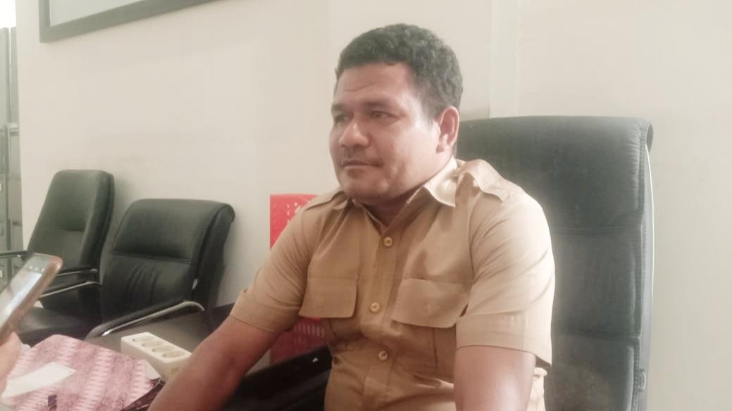 KASUBAG SDM Etbang Haltim, Abdurahman Baidin saat diwawancara awak media di ruang kerjanya, Rabu (17/3/2021)