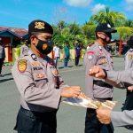 KAPOLRES Haltim Sugiharto saat memberikan penghargaan kepada personelnya dan empat kepala desa di Mako Polres Haltim, Sabtu (20/3/2021)