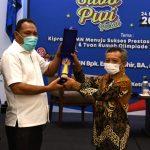 BUPATI Halsel Terpilih Usman Sidik (tengah) didampingi ketua SIWO PWI Malut saat menerima penghargaan dari SIWO PWI Pusat, Rabu (24/3/2021)