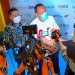 BUPATI Halsel Usman Sidik (kemeja putih) didampingi ketua SIWO Malut Asri Fabanyo saat diwawancara wartawan usai menjadi pembicara pada seminar olahraga nasional di Hotel Pullman Jakarta, Thamrin CBD Jakarta, Rabu (24/03/2021)