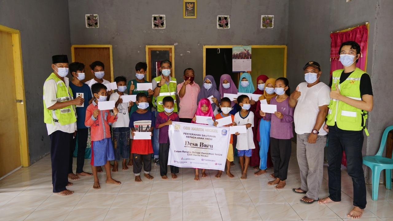 KOMPAK, pihak Harita Nickel foto bersama anak yatim di Desa Baru, Kecamatan Pulau Obi, pada Sabtu (8/5/2021)