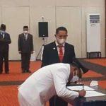 BUPATI Halsel Usman Sidik tampak menandatangani SK pelantikan yang disaksikan langsung Gubernur AGK, Senin (24/5/2021)