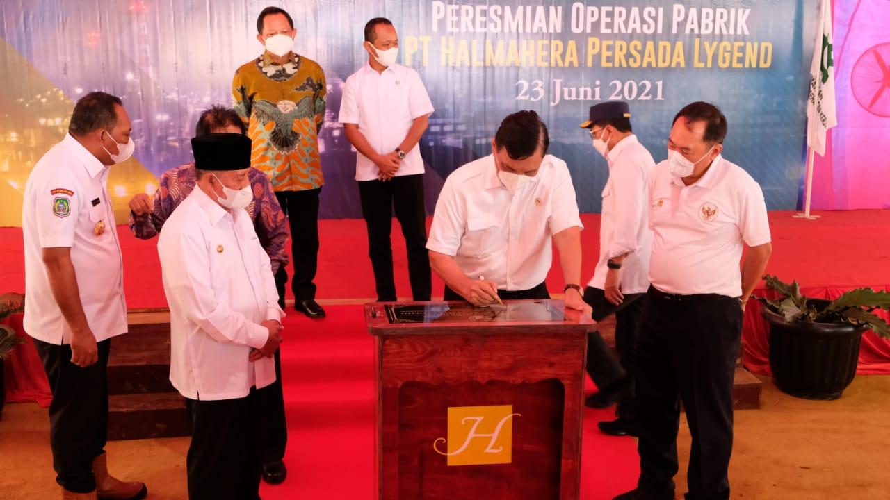 MENTERI Koordinator Kemaritiman dan investasi Luhut Binsar Panjaitan menandatangani prasasti pengoperasian pabrik bahan baku baterai kendaraan listrik pertama di Indonesia, di Halsel, Maluku Utara