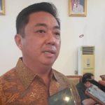 BUPATI Kepulauan Sula, Hendrata Thes saat diwawancara wartawan Selasa (1/6/2021)