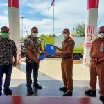 DIREKTUR Utama Trimegah Bangun Persada Donald J Hermanus secar simbolis menyerahkan kunci truk pengangkut sampah kepada Walikota Ternate M Tauhid Soleman di Kantor Wali Kota Ternate pada Senin, (12/7/2021)