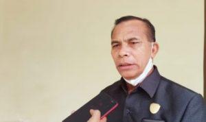 ANGGOTA Komisi III DPRD Kepulauan Sula, Kader Sapsuha ketika diwawancara wartawan habartimur.com usai menggelar RDP dengan PUPR Kepsul, Selasa (3/8/2021)