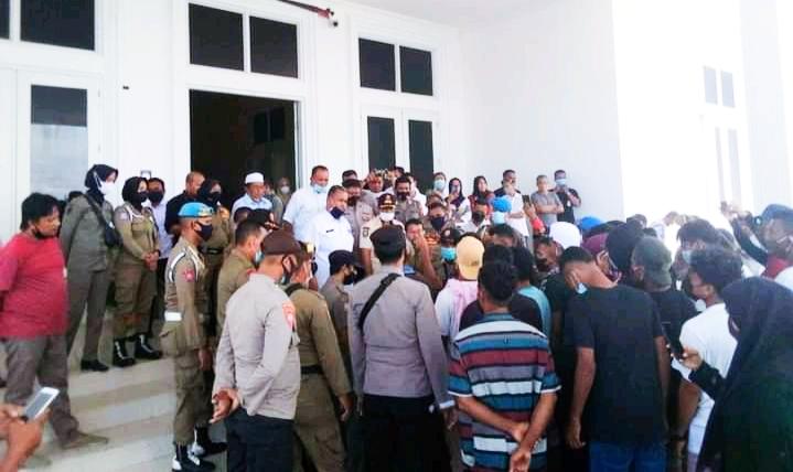 MASSA aksi saat berada di kantor bupati kepulauan Sula, Rabu (4/8/2021)