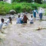 SISWA SMK Negeri 6 Kepulauan Sula di Desa Kawata bergandengan tangan melewati arus kali