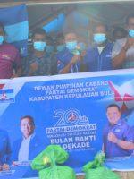 KADER Partai Demokrat Kepulauan Sula kompak pose bersama usai menyerahkan sembako ke masyakarat pada Jumat (3/9/2021)