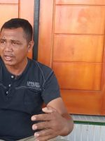 KETUA pemuda Desa Wailoba, Kecamatan Mangoli Tengah, Kabupaten Kepulauan Sula, Abidin Ali saat diwawancara wartawan, Jumat (1/11/2021)